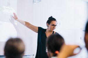 Dolors Reig formadora a l'Escola d'Estiu del Voluntariat