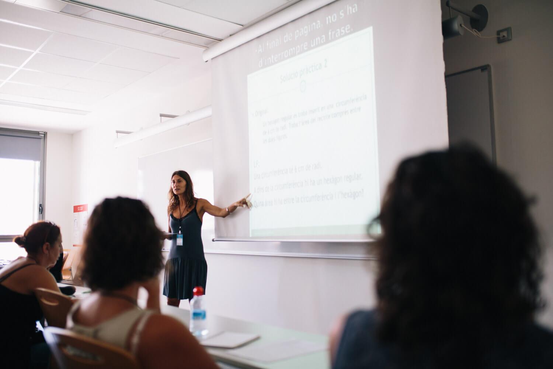 Laia Mateu formadora a l'Escola d'Estiu del Voluntariat